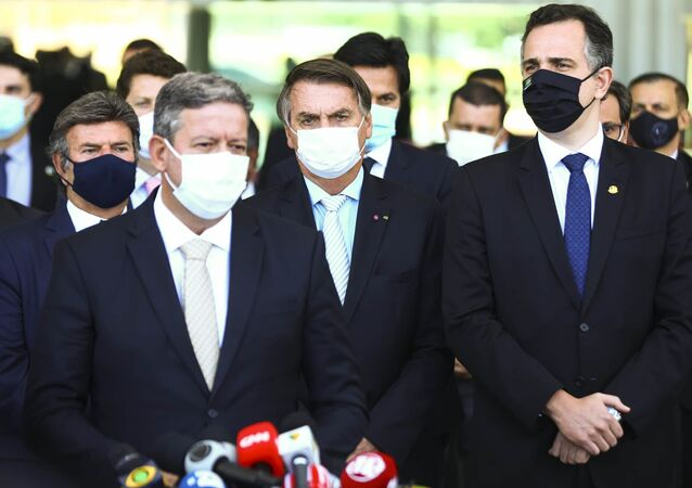 O presidente da República Jair Bolsonaro (ao centro) e os presidentes da Câmara dos Deputados, Arthur Lira (Progressistas-AL), e do Senado Federal, Rodrigo Pacheco (DEM-MG), durante declaração à imprensa, com o presidente do Supremo Tribunal Federal (STF), Luiz Fux, à esquerda