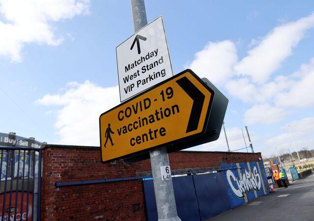 Placa para um centro de vacinação contra a COVID-19 fora de um estádio de futebol no Reino Unido.