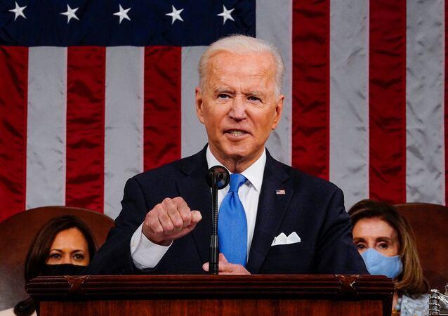 Em Washington, o presidente dos Estados Unidos, Joe Biden, discursa diante do Congresso norte-americano, em 28 de abril de 2021