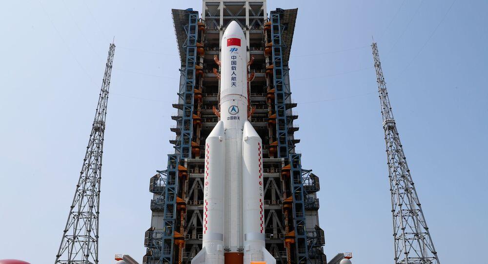 Foguete Long March-5B Y2, transportando o principal módulo da estação espacial Tianhe, da China