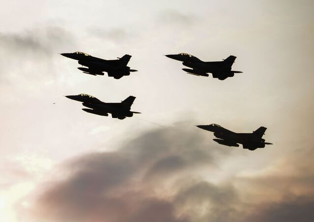Caças F-16 turcos e poloneses durante voos de demonstração das equipes da OTAN