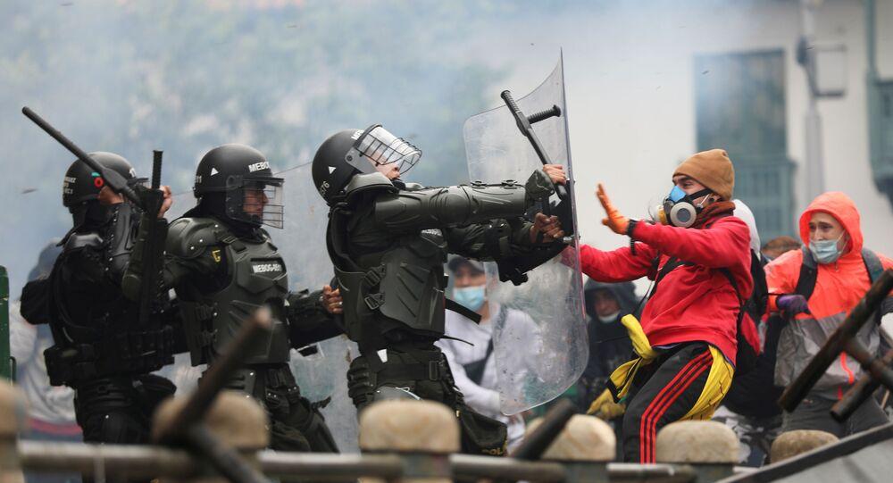 Manifestantes e agentes de segurança entram em confronto durante protestos contra reforma tributária, em Bogotá, Colômbia, 28 de abril de 2021