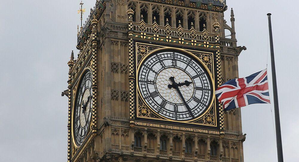 Bandeira britânica hasteada em frente à torre do relógio Big Ben em Londres, Reino Unido, 17 de junho de 2016
