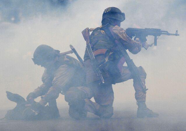 Soldados do Quirguistão em um exercício durante a celebração do 22º aniversário das forças militares do país