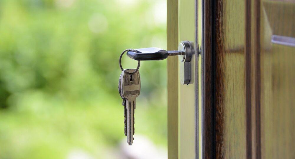 Imagem ilustrativa de chave pendurada na fechadura