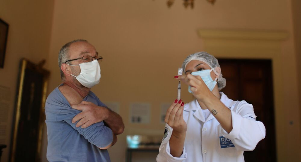 Professional de saúde prepara uma dose da vacina da AstraZeneca contra a COVID-19 no Palácio do Catete, Rio de Janeiro, Brasil, 23 de abril de 2021
