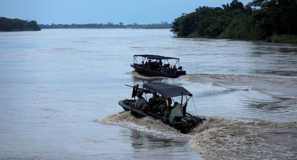 Soldados colombianos patrulham de barco no rio Arauca, na fronteira entre Colômbia e Venezuela, visto de Arauquita, Colômbia em 28 de março de 2021.