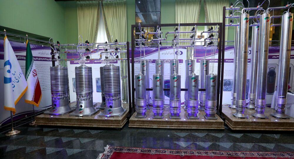 Série de centrífugas iranianas de nova geração são vistas em exibição durante o Dia Nacional da Energia Nuclear do Irã, em Teerã, Irã, 10 de abril de 2021.