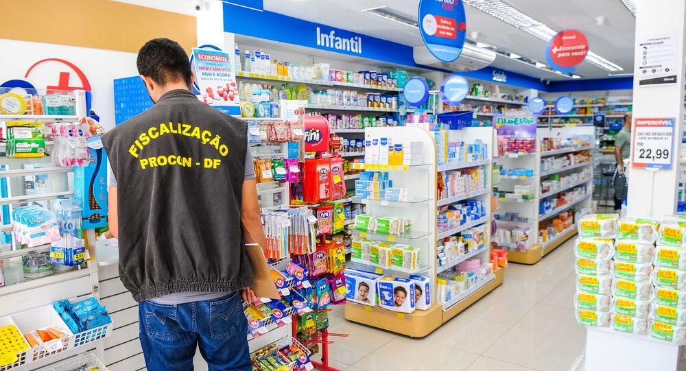 Agentes do Programa de Proteção e Defesa do Consumidor do Distrito Federal (Procon-DF) realizam ação contra abuso econômico em farmácias de Brasília, em 18 de março de 2020