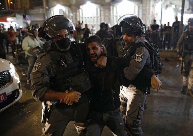 Forças de segurança israelenses prendem manifestante palestino na Cidade Antiga de Jerusalém