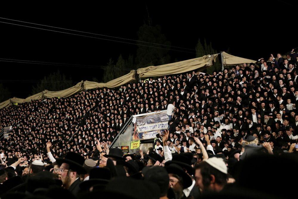 Fiéis judeus cantando e dançando no evento religioso Lag Baômer, Israel