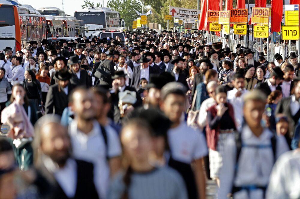 Rua lotada de pessoas na cidade de Meron, norte de Israel