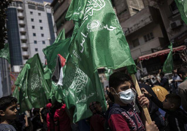 Apoiadores do partido palestino Hamas seguram bandeiras verdes em protesto fora da Cidade Velha de Jerusalém, 23 de abril de 2021