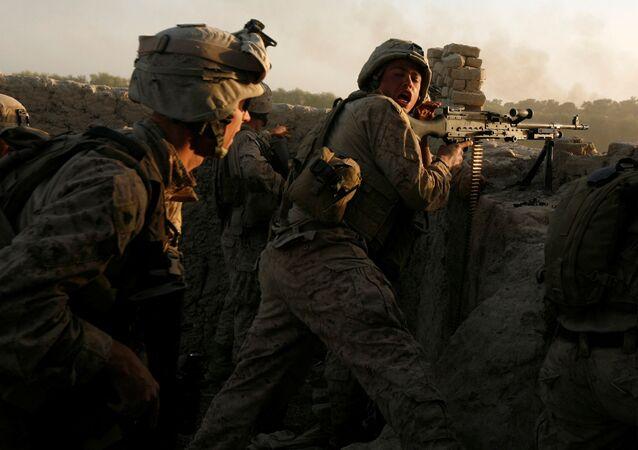 Fuzileiros navais dos EUA disparam durante uma emboscada do Talibã enquanto realizam operação na província de Helmand, Afeganistão (foto de arquivo)