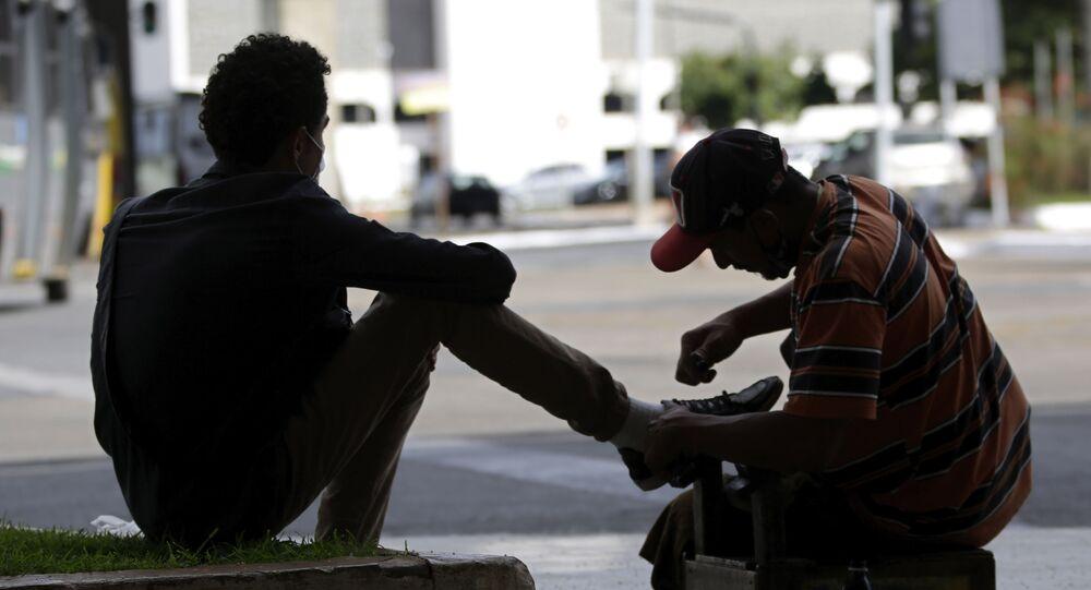 Trabalhador informal trabalha engraxando sapatos em Brasília, no Distrito Federal.