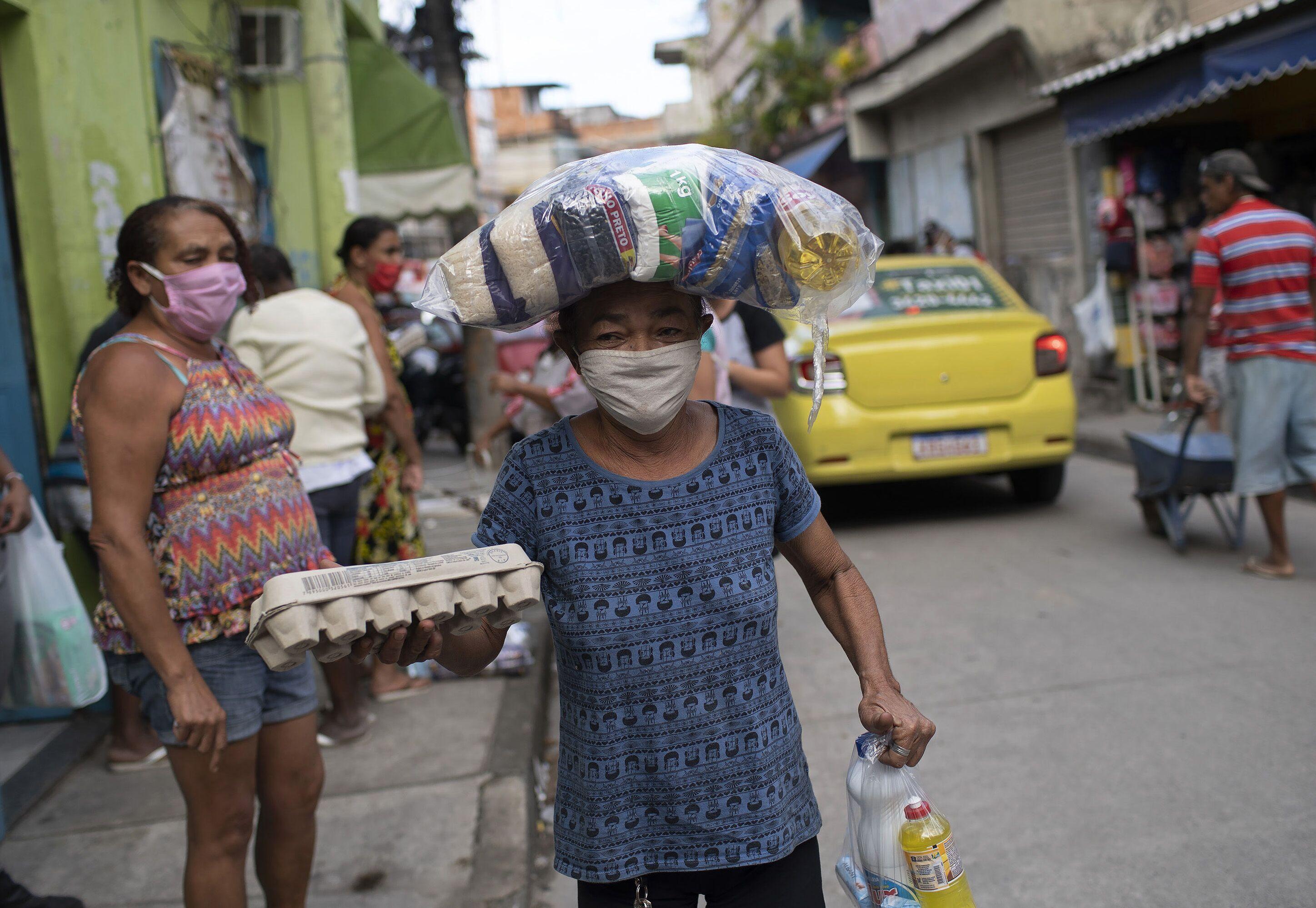 Senhora recebe alimentos doados na comunidade Pará-Pedro, Rio de Janeiro, 8 de maio de 2020 (foto de arquivo)