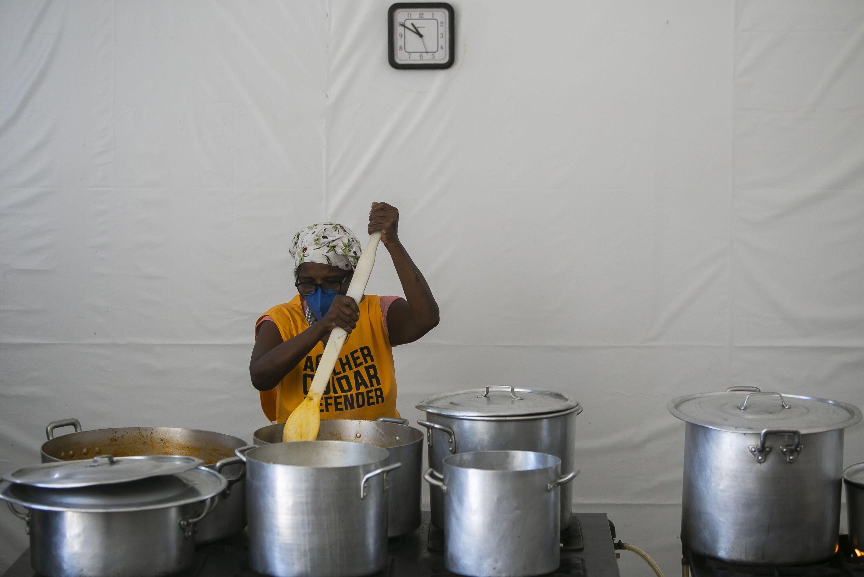Voluntária cozinha refeições para doação em convento no Rio de Janeiro, 30 de março de 2021