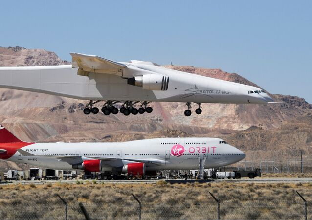 O avião Roc da Stratolaunch, o maior do mundo, passa sobre o Boeing 747 da Virgin Orbit depois de realizar um segundo voo de teste em Mojave, Califórnia, EUA, em 29 de abril de 2021