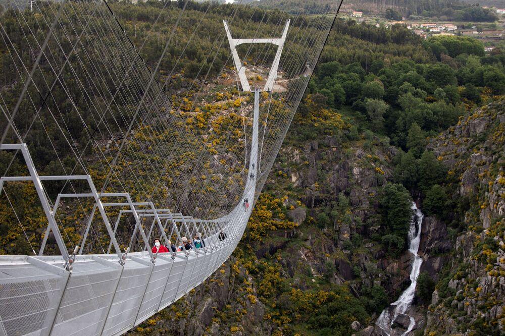 Pessoas caminham sobre 516 Arouca, ponte suspensa para pedestres, a mais longa do mundo, em Arouca, Portugal, 29 de abril de 2021