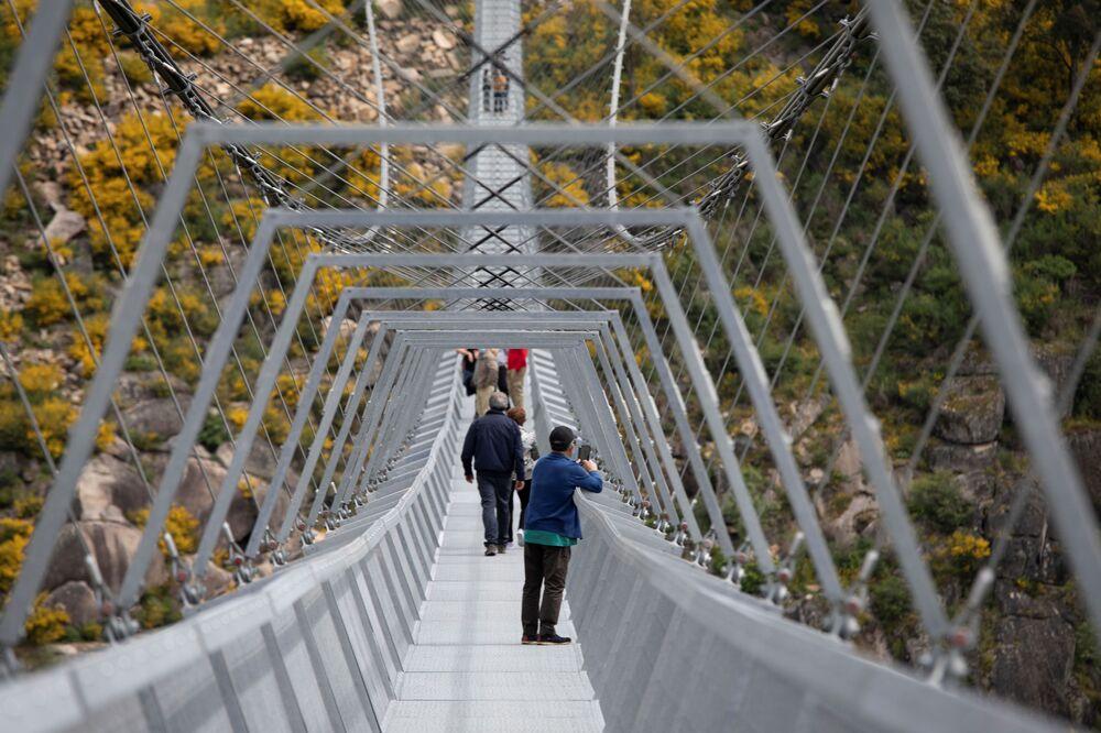 Visitante fotografa paisagem vista da 516 Arouca, ponte suspensa para pedestres, a mais longa do mundo, em Arouca, Portugal, 29 de abril de 2021
