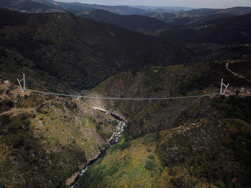 Vista lateral da 516 Arouca, ponte suspensa para pedestres, a mais longa do mundo, em Arouca, Portugal, 29 de abril de 2021
