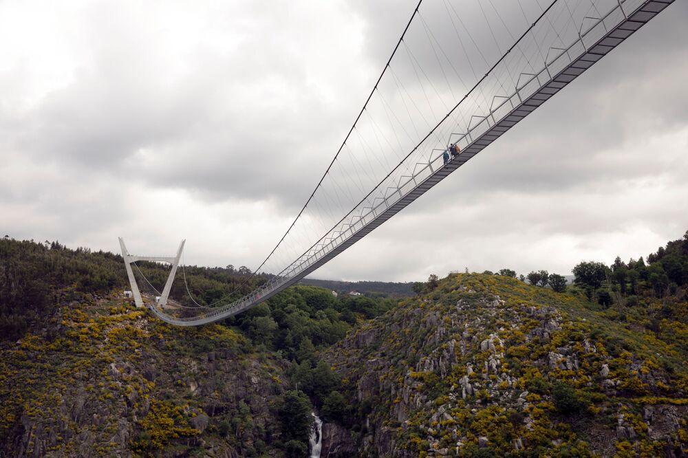 Vista de baixo da 516 Arouca, ponte suspensa para pedestres, a mais longa do mundo, em Arouca, Portugal, 29 de abril de 2021