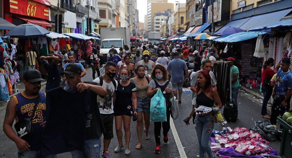 Pessoas caminham na popular rua comercial 25 de Março, antes do Natal, em meio ao surto da COVID-19, no Brasil, 21 de dezembro de 2020.