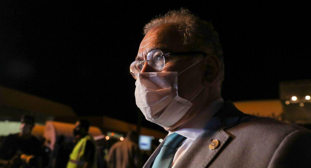 O ministro da Saúde do Brasil, Marcelo Queiroga, observa a chegada de um carregamento de um milhão de doses da vacina da Pfizer, em Campinas, no Brasil, no dia 29 de abril de 2021