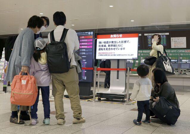 Pessoas se reúnem em torno de um portão de embarque após os serviços de trem serem suspensos devido a um terremoto em Sendai, em Miyagi, no Japão, no dia 1º de maio de 2021