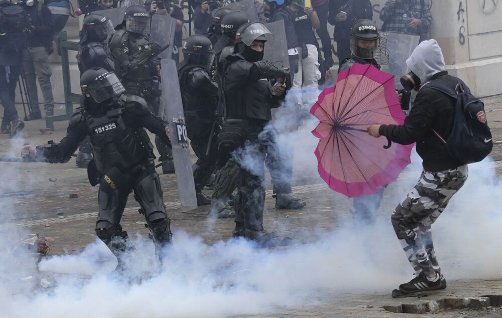 Manifestantes entram em conflito com policiais durante manifestação contra a reforma fiscal proposta pelo presidente colombiano Ivan Duque em Bogotá, Colômbia, 28 de abril de 2021.
