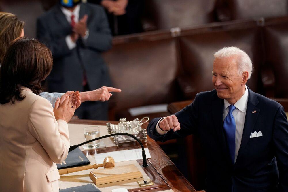 Presidente dos EUA Joe Biden se vira para a vice-presidente Kamala Harris e a presidente da Câmara dos Representantes Nancy Pelosi após seu primeiro discurso perante uma sessão conjunta do Congresso no Capitólio em seu 100º dia na Casa Branca, Washington, Estados Unidos, 28 de abril de 2021