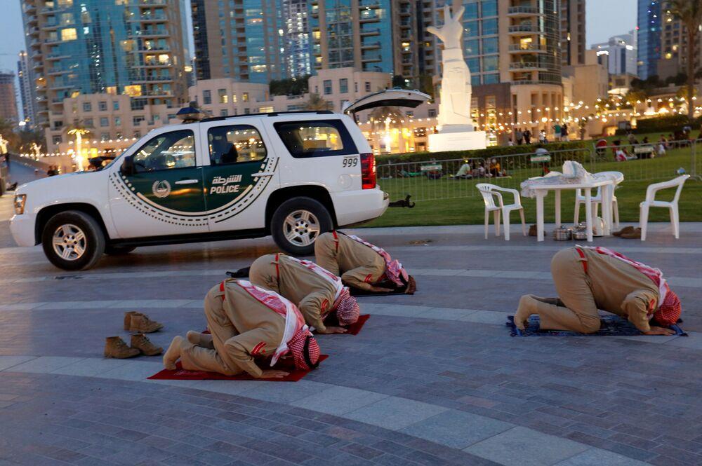 Policiais rezam durante o mês sagrado do Ramadã em Dubai, Emirados Árabes Unidos, 23 de abril de 2021