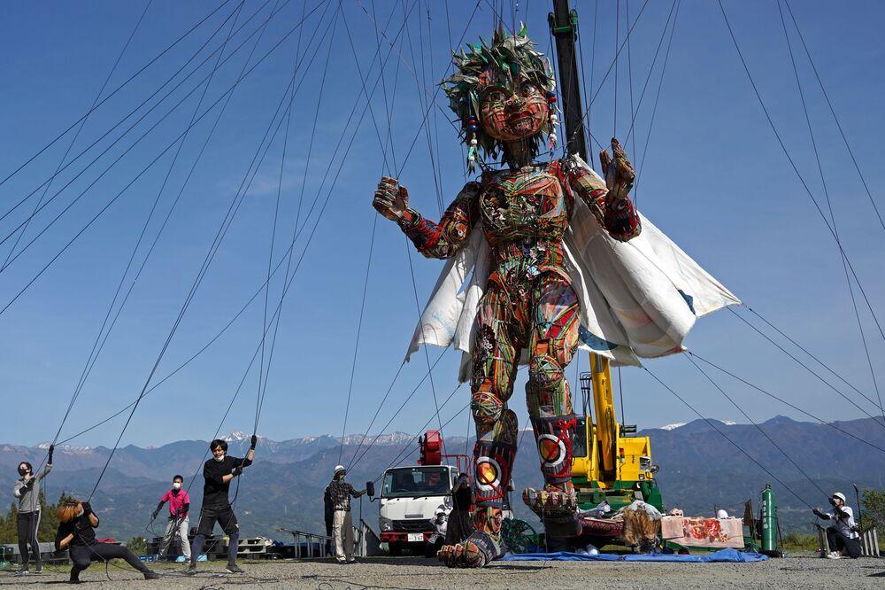 Titeriteiros movem o fantoche gigante MOCCO durante uma sessão de treinamento especial em Takamori, na prefeitura de Nagano, Japão, 23 de abril de 2021. Os organizadores dos Jogos Olímpicos de Verão em Tóquio criaram o fantoche de 10 metros para simbolizar o espírito das pessoas das regiões atingidas pelos terremoto e tsunami de 2011