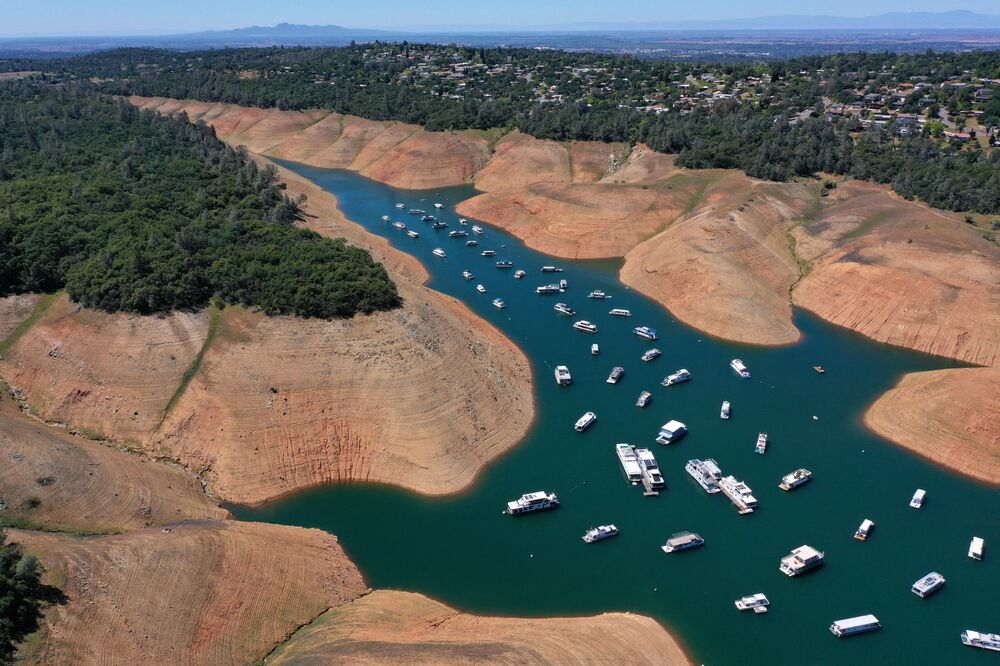 Casas flutuantes no lago de Oroville, Califórnia, Estados Unidos, 27 de abril de 2021