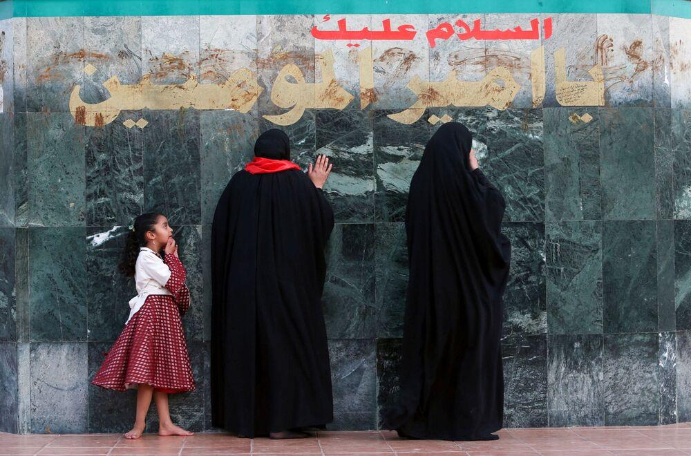 Mulheres iraquianas visitam Mesquita Imam Ali Step durante o mês sagrado do Ramadã em Basra, Iraque, 28 de abril de 2021