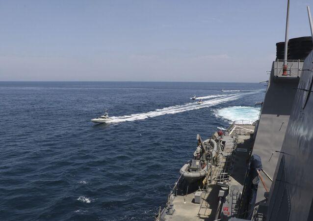 Lanchas da Marinha do Corpo de Guardiões da Revolução Islâmica do Irã navegam perto de navios militares dos EUA no golfo Pérsico perto de Kuwait, 15 de abril de 2020