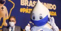 Ministro da Saúde do Brasil, Marcelo Queiroga, com a mascote Zé Gotinha, símbolo da campanha de vacinação, enquanto as doses da vacina da Pfizer/BioNTech chegam ao Aeroporto Internacional de Viracopos, Campinas, São Paulo, Brasil, 29 de abril de 2021