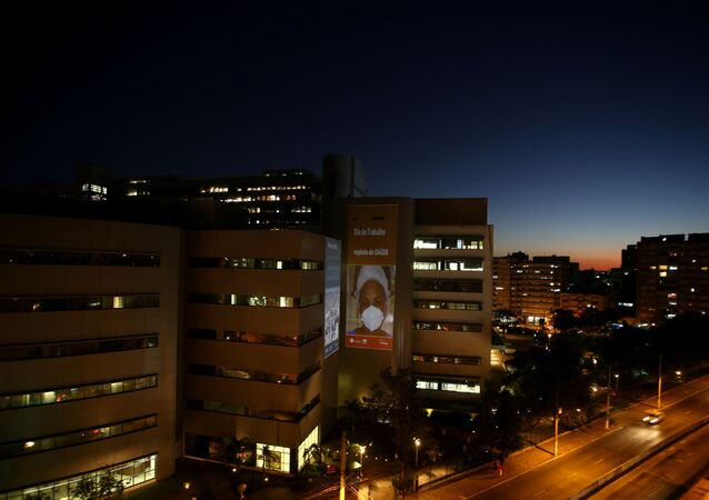 Imagens de médicos e enfermeiras são projetadas na parede do Hospital de Clínicas de Porto Alegre como parte de uma homenagem aos profissionais de saúde antes do Dia do Trabalhador, Porto Alegre, Brasil, 30 de abril de 2021