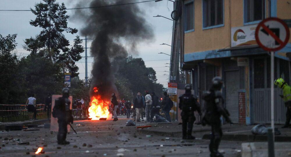 Manifestantes perto de uma barricada em chamas durante protesto contra reforma tributária do governo do presidente Iván Duque em Bogotá, Colômbia, 30 de abril de 2021
