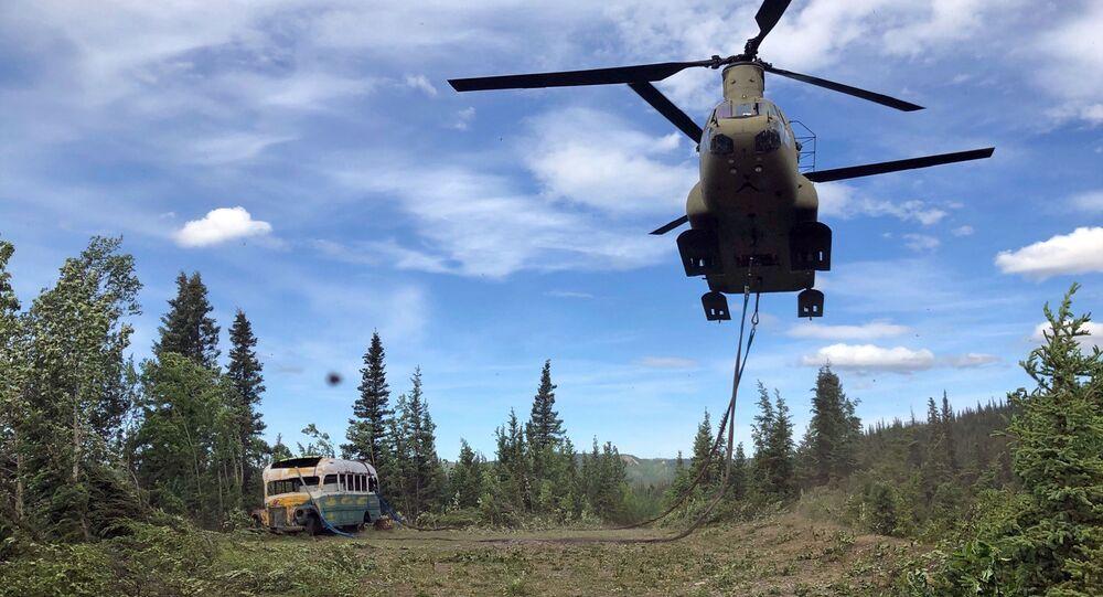 Militares do Exército da Guarda Nacional do Alasca usam helicóptero CH-47 Chinook durante missão de treinamento para remover ônibus abandonado, popularizado pelo livro e filme Na Natureza Selvagem, de sua localização no interior do Alasca, EUA, 18 de junho de 2020