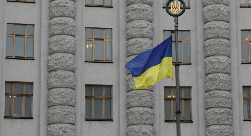 Bandeira nacional da Ucrânia em frente ao prédio do governo no centro de Kiev, Ucrânia, 3 de março de 2016