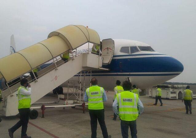 Em Nova Deli, na Índia, um avião com um lote da vacina russa Sputnik V contra a COVID-19 chega a um aeroporto local, em 1º de maio de 2021