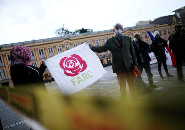 Ex-guerrilheiros das Forças Armadas Revolucionárias da Colômbia (FARC) participam de protesto exigindo garantias de segurança e cumprimento dos acordos de paz assinados com o governo, em Bogotá, Colômbia, 1º de novembro de 2020