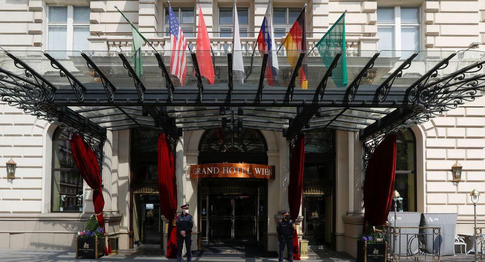 Polícia do lado de fora do hotel onde ocorreu a reunião da Comissão Conjunta do acordo nuclear iraniano, em Viena, Áustria, em 20 de abril de 2021