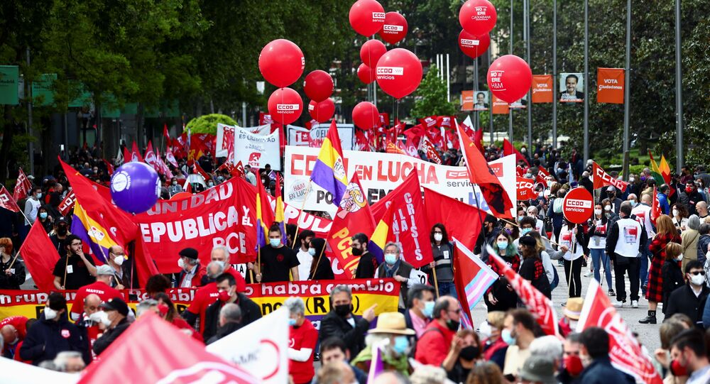 Em Madri, Espanha, pessoas marcham durante protesto para marcar o Dia Internacional do Trabalho, em 1º de maio de 2021