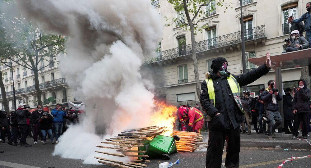 Um manifestante de colete amarelo gesticula durante os tradicionais protestos do 1º de maio em Paris, França