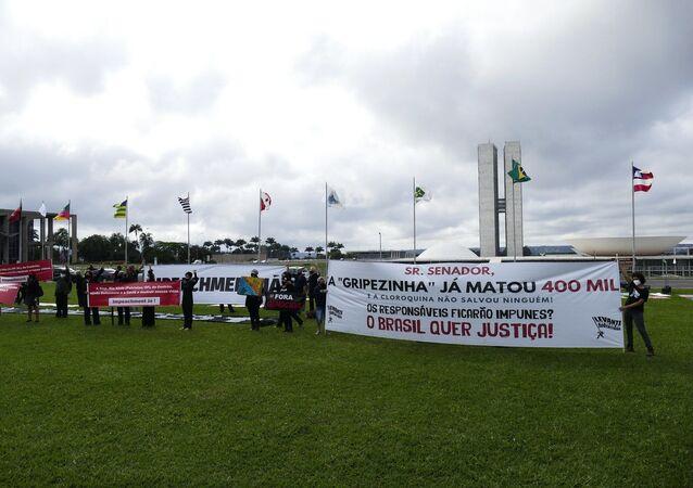 Manifestação em frente ao Congresso Nacional cobra responsabilidade das autoridades brasileiras no combate à pandemia da COVID-19