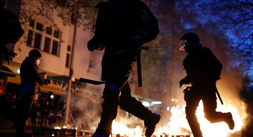 Fogo nas ruas de Berlim durante manifestação do Dia do Trabalhador na capital da Alemanha, neste sábado, 1º de maio de 2021