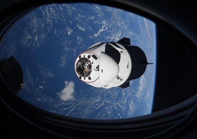 Nesta foto 24 de abril de 2021 disponibilizada pela NASA, a cápsula da SpaceX Crew Dragon se aproxima da Estação Espacial Internacional para atracar