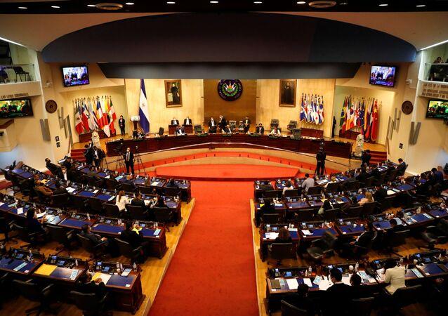 Congresso salvadorenho vota pela destituição de juízes da Suprema Corte do país, em San Salvador, em 1ºde maio de 2021